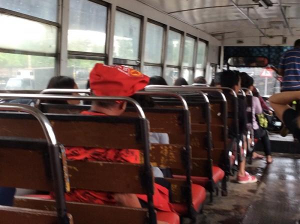 マニラのローカルバスの車内