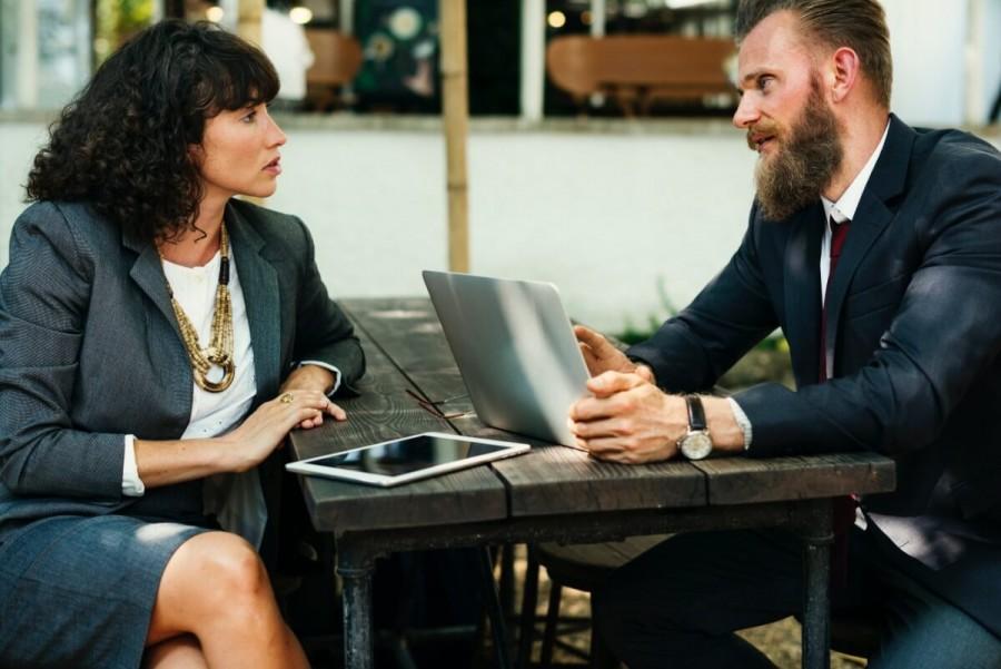 会議するビジネスマン
