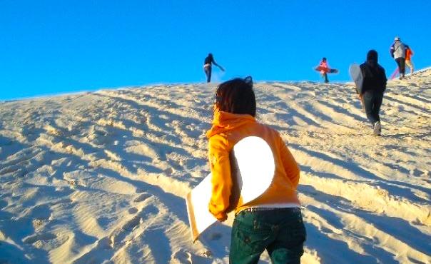 オーストラリアの砂丘でサンドボーディング