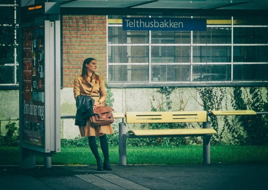 バス停で待つ女性