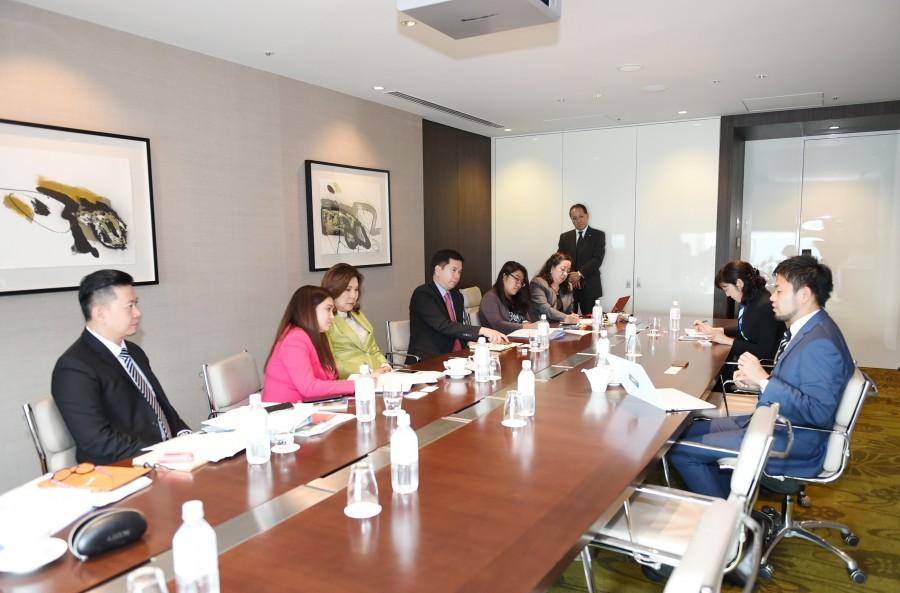 フィリピン観光省テオ大臣および次官や通訳の皆様との意見交換会中の様子