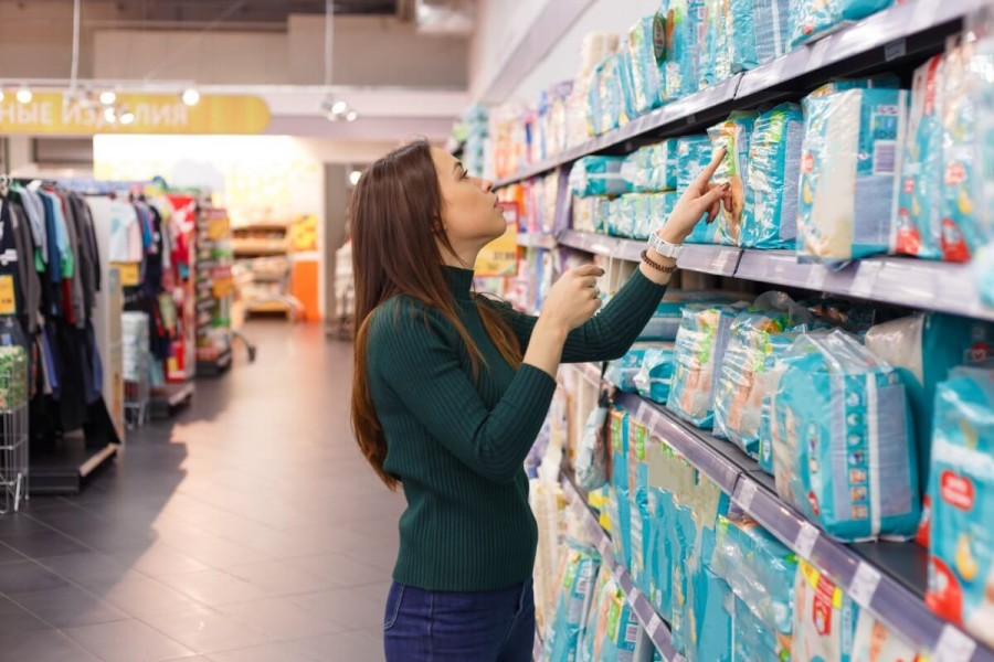 スーパーで買えるおすすめのお土産買い物をする女性