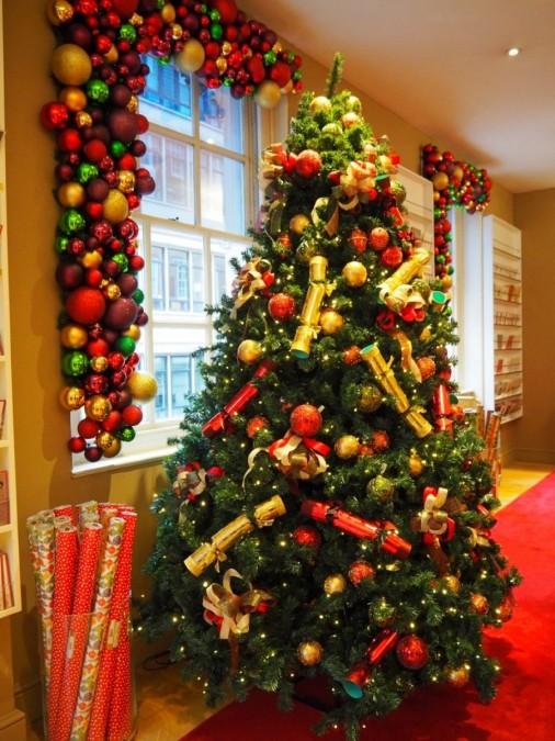 クリスマスクラッカーをあしらったFortnum & Masonのツリー