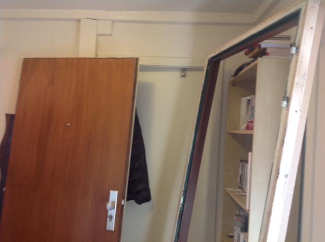 壊されたドア