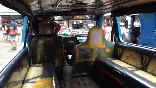 フィリピンのジプニー(Jyepnee)車内