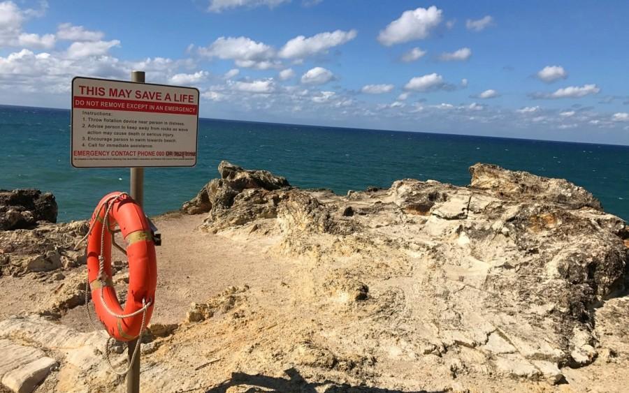 サウスジョージの断崖絶壁の上にある警告の看板と救命道具