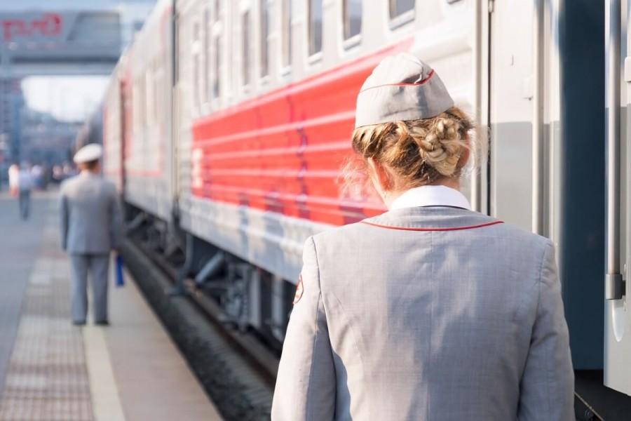 鉄道に向かう女性