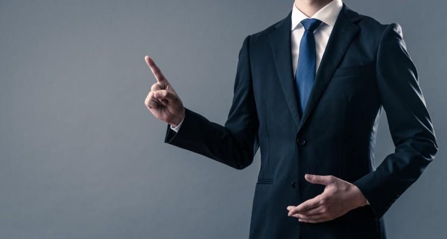 指を立てるビジネスマン