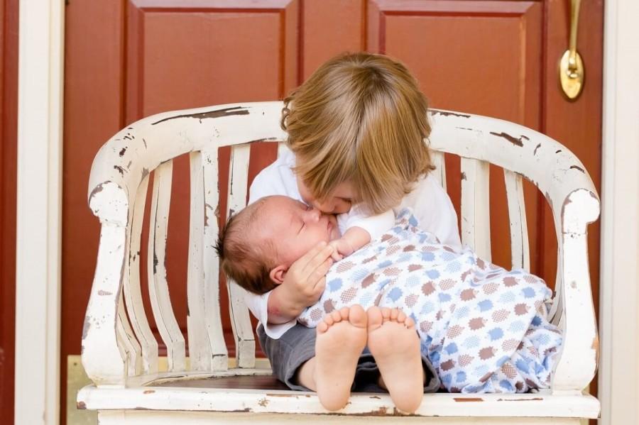 赤ちゃんの世話をする子供