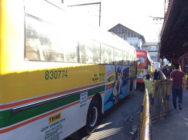 フィリピン・マニラのバス停