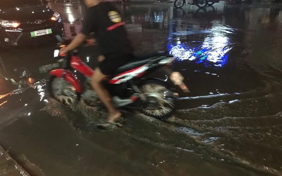 雨が降った後の道路