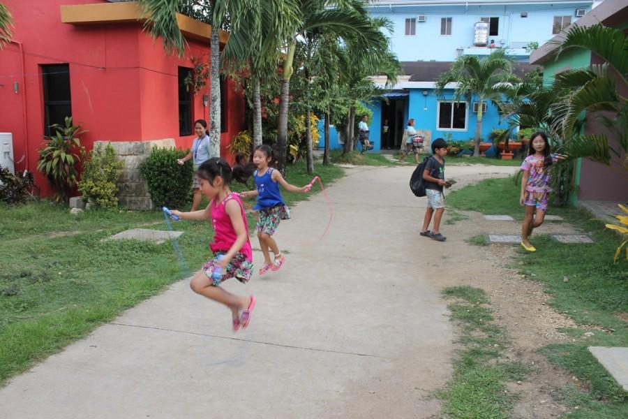 庭で遊ぶ子供たち