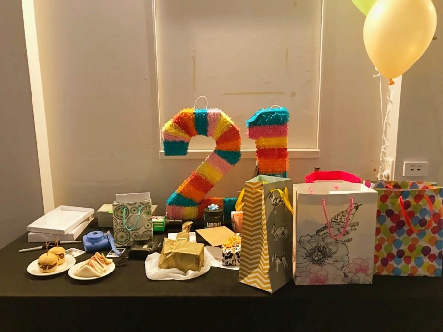 「21st」パーティのプレゼント台