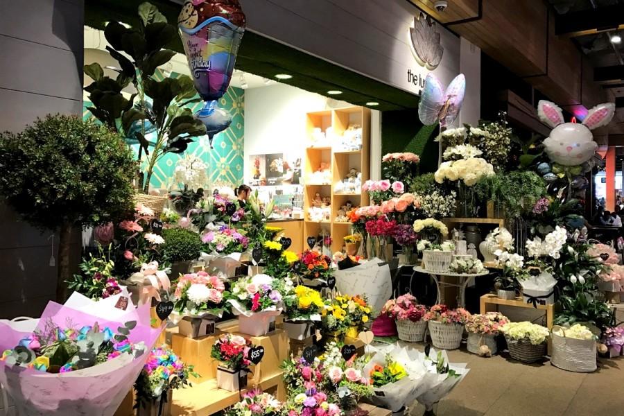 イースターバニーのバルーンで飾り付けたショッピングモール内の花屋さん