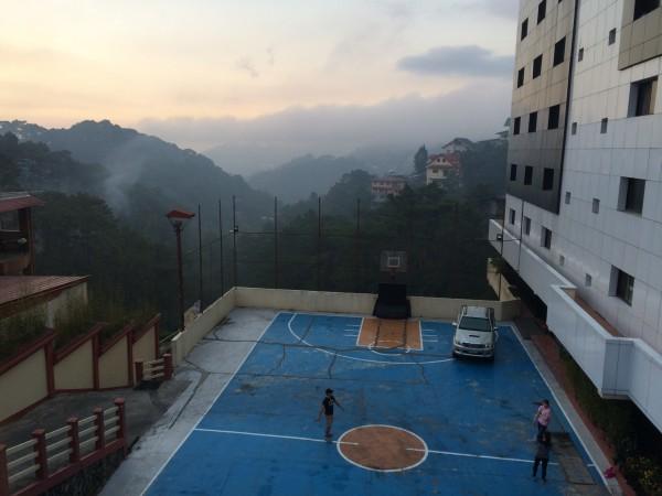 2−3ヶ月は滞在したかった - 学校は山の斜面に立っていて、右手が校舎