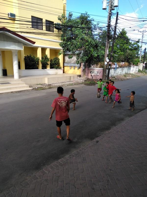 フィリピンでの生活をじっくり体感できました - 学校前で子供と生徒でよく遊んでます