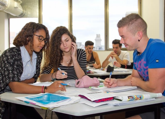 国際的な評価と講師陣の質