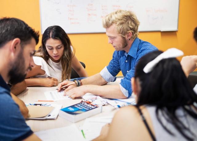 選択クラスやアクティビティで楽しく効果的に英語を学べます