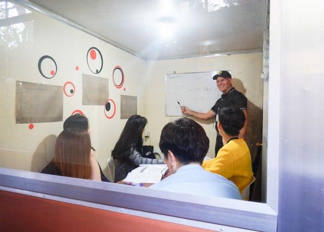 ネイティブ講師による発音矯正授業が必修
