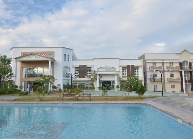綺麗で快適な新築校舎&寮に加えて、プールやスポーツ施設も完備