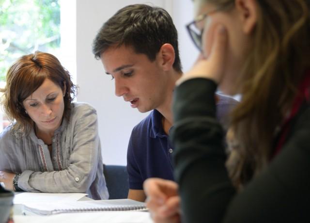 最大8人のクラス設定で講師と向き合いじっくり学ぶ