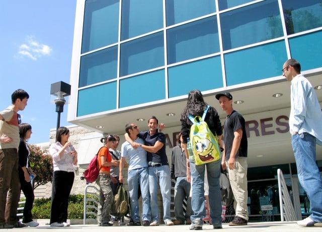 カレッジの敷地内にあるので、現地の学生と交流を持つことができる!