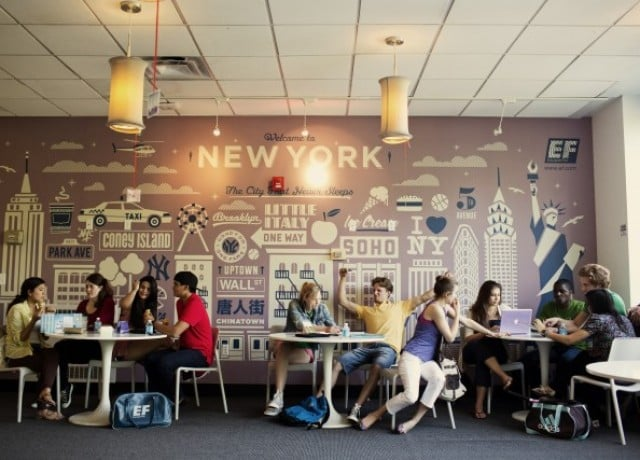 充実した施設・学習環境 モダンな内装とソーシャルスペースが特徴