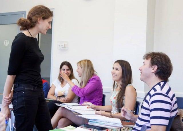 会話中心の一般英語でコミュニケーション能力を向上