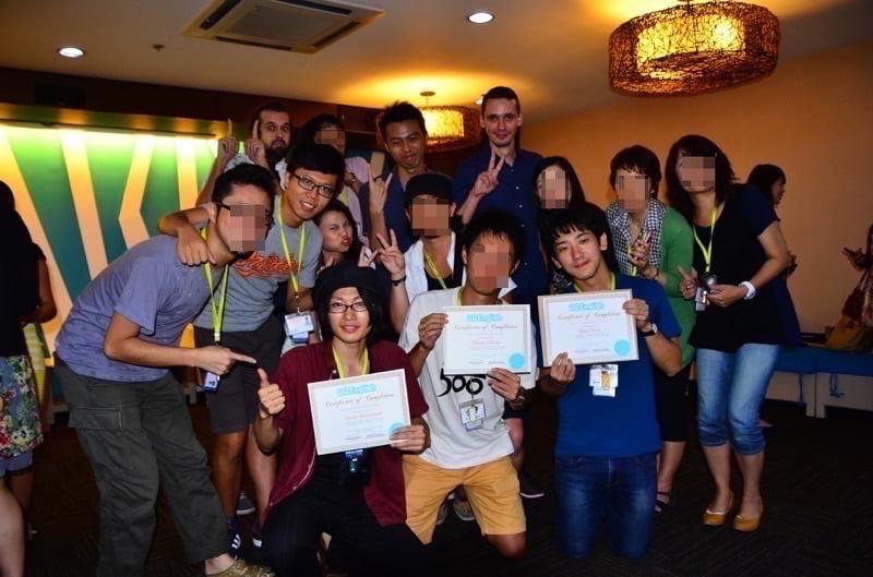 バッチメイトなどの留学生の友達たちと一緒に写真撮影
